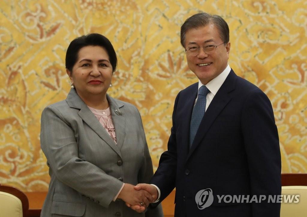 文在寅会见乌兹别克斯坦最高会议参议院主席