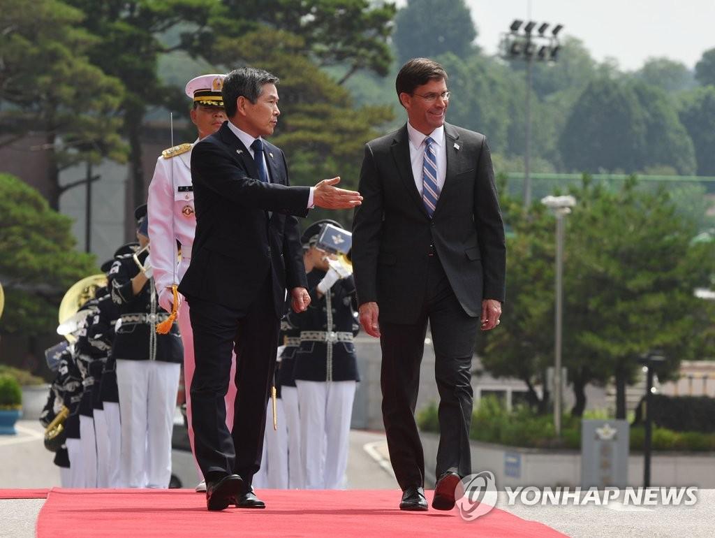 郑景斗(左)和埃斯珀 韩联社