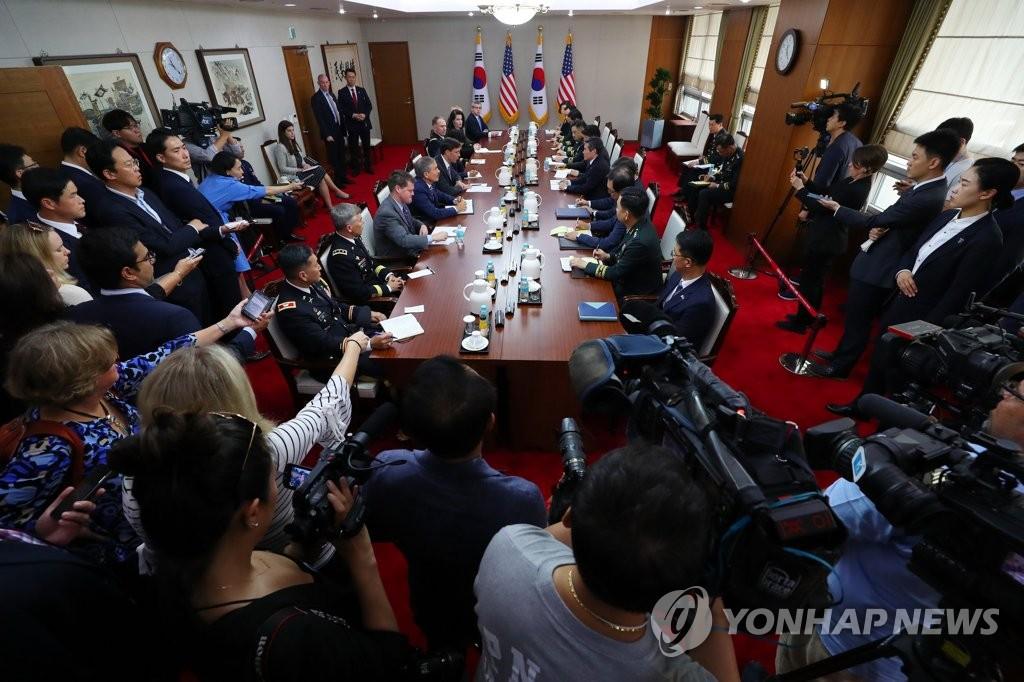 资料图片:这是8月9日在韩国国防部大楼举行的韩美防长会现场。 韩联社