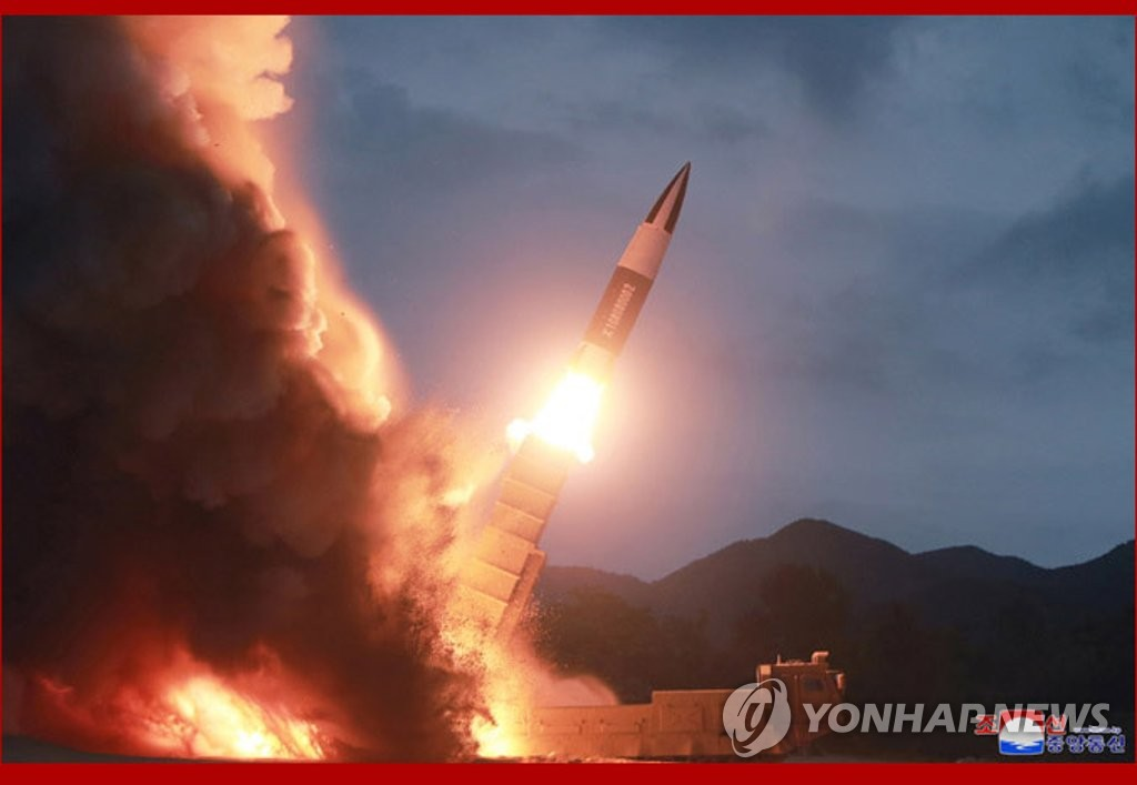 """资料图片:据朝中社8月11日报道,朝鲜10日晚试射新型武器。图为朝中社发布的疑似朝版""""伊斯坎德尔""""——""""KN-23""""导弹的照片。 韩联社/朝中社(图片仅限韩国国内使用,严禁转载复制)"""