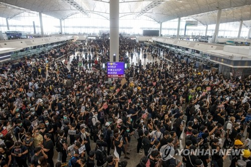 香港机场因集会陷瘫痪致千名韩国游客受困
