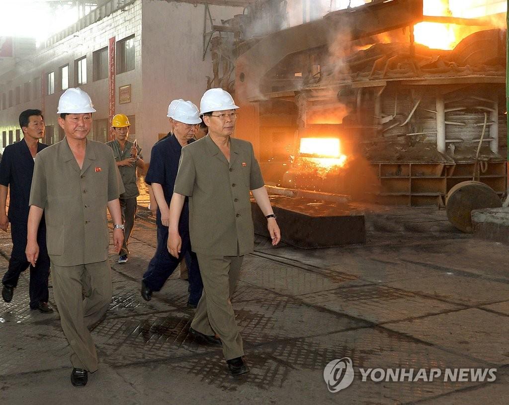 朝鲜总理视察炼钢厂