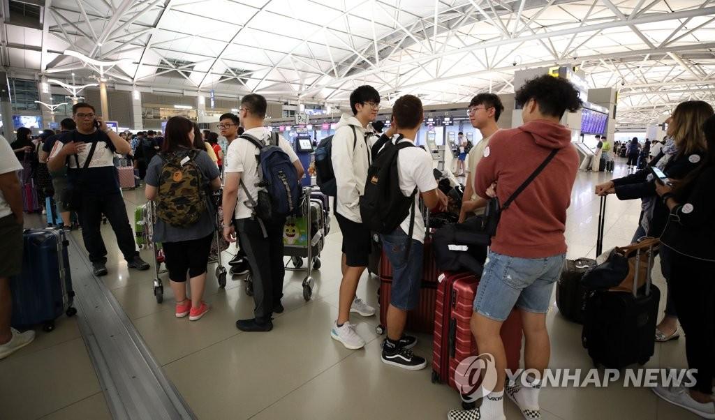 赴港航班停飞致游客滞留机场