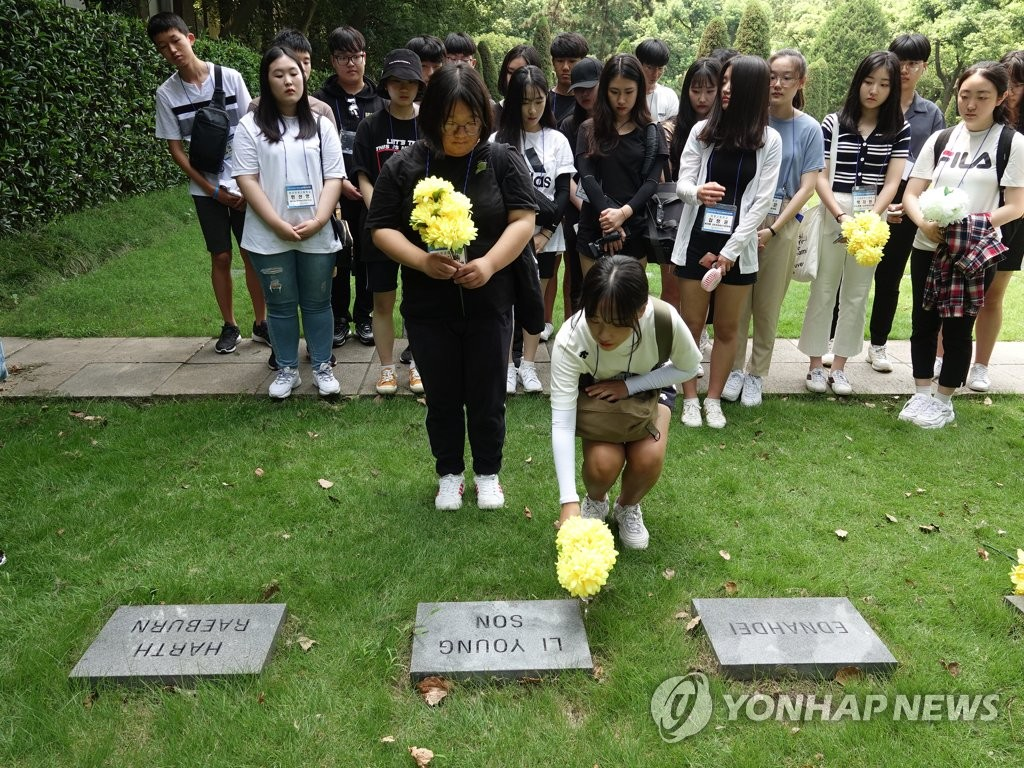 韩国学生参拜在华抗日英烈墓地