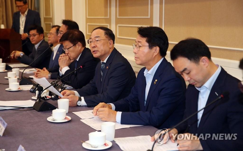 8月14日,在国会,韩国经济副总理兼企划财政部长官洪楠基(右三)出席日本限贸措施对策民官政会议。 韩联社