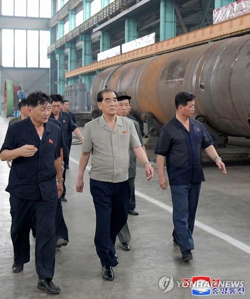朝鲜高层视察重机厂