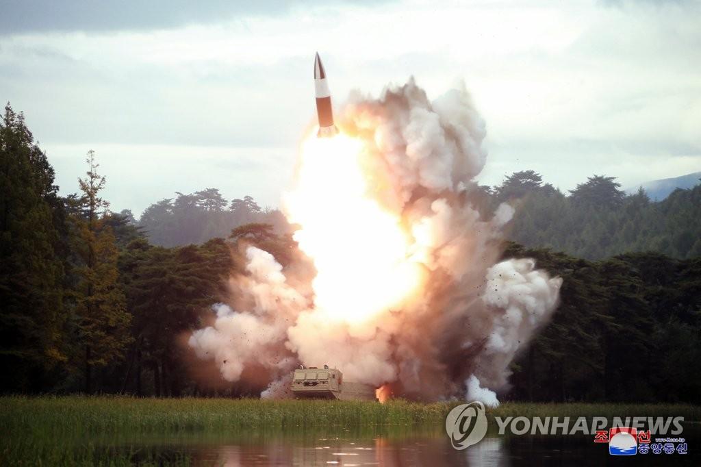"""资料图片:图为有""""朝版陆军战术导弹""""之称的新型近程弹道导弹飞行场面。 韩联社/朝中社(图片仅限韩国国内使用,严禁转载复制)"""