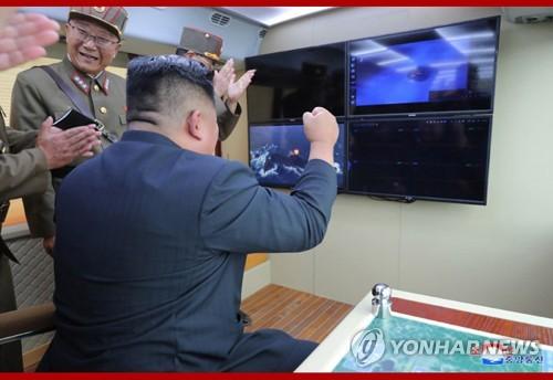 金正恩观摩武器发射
