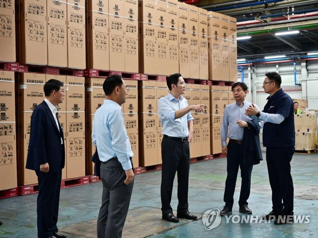 资料图片:李在镕(居中)视察三星空调生产厂。 三星电子供图(图片严禁转子复制)