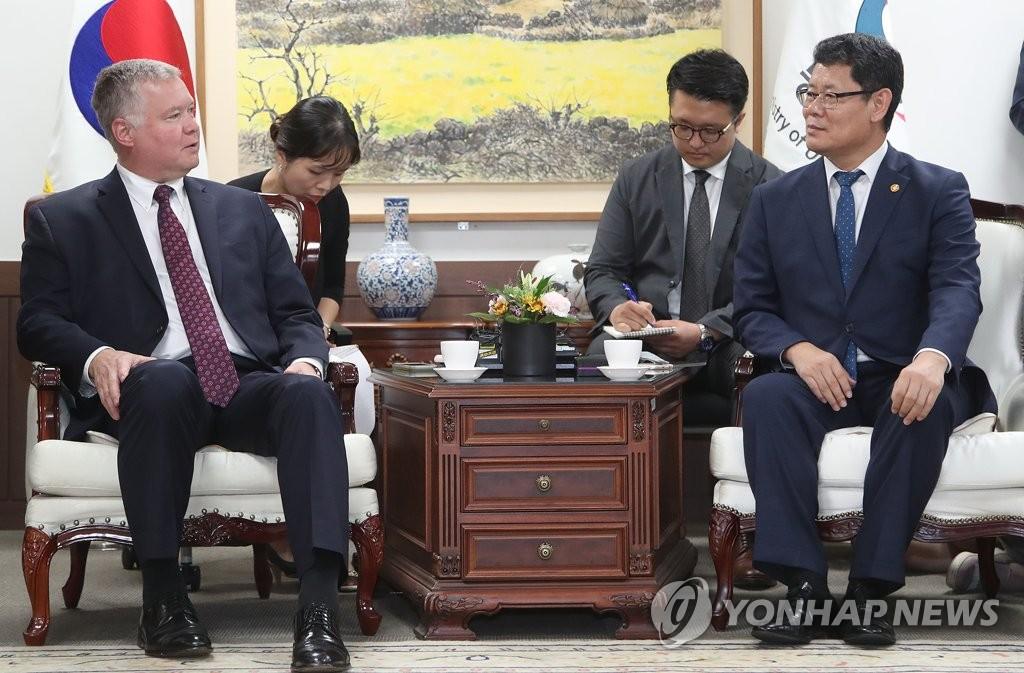 韩统一部长会见美对朝代表