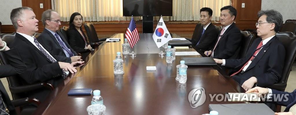 8月22日,在中央政府首尔办公楼,金铉宗(右排右一)与比根(左排左一)举行会谈。 韩联社