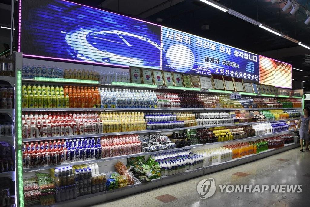 资料图片:图为在日本朝鲜总联合会《朝鲜新报》8月22日公开的第11次平壤第一百货商品展现场。 韩联社