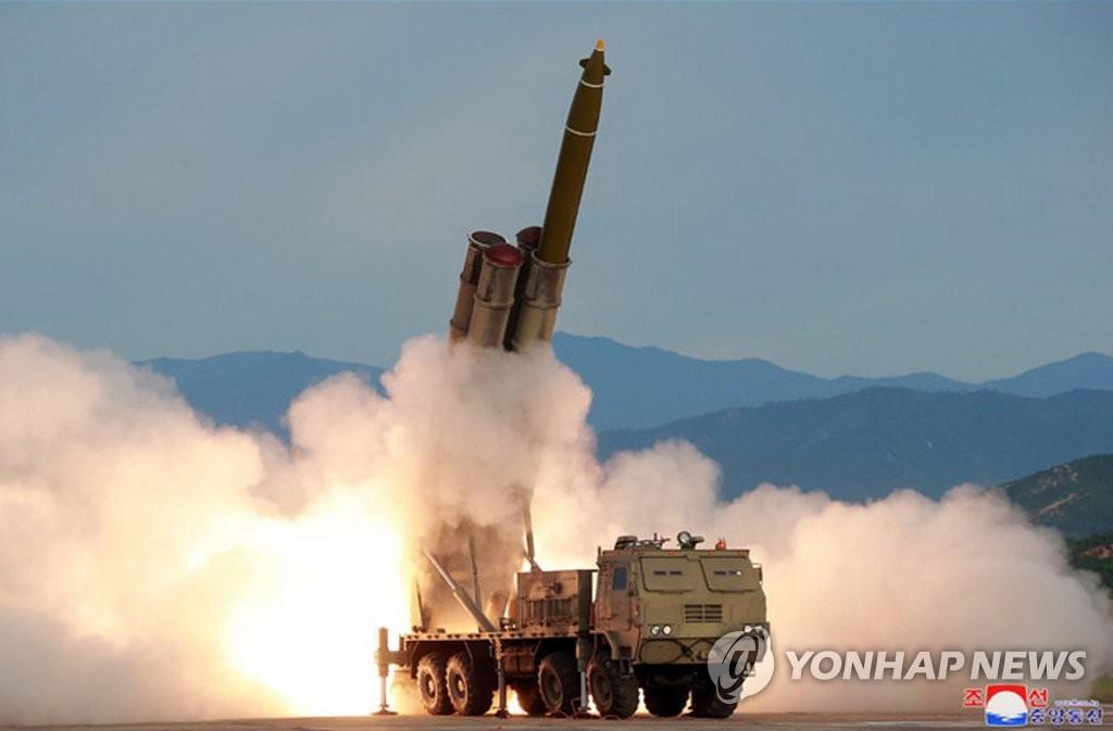 图为朝鲜8月24日试射新研制的超大型多管火箭炮现场照。 韩联社/朝中社(图片仅限韩国国内使用,严禁转载复制)