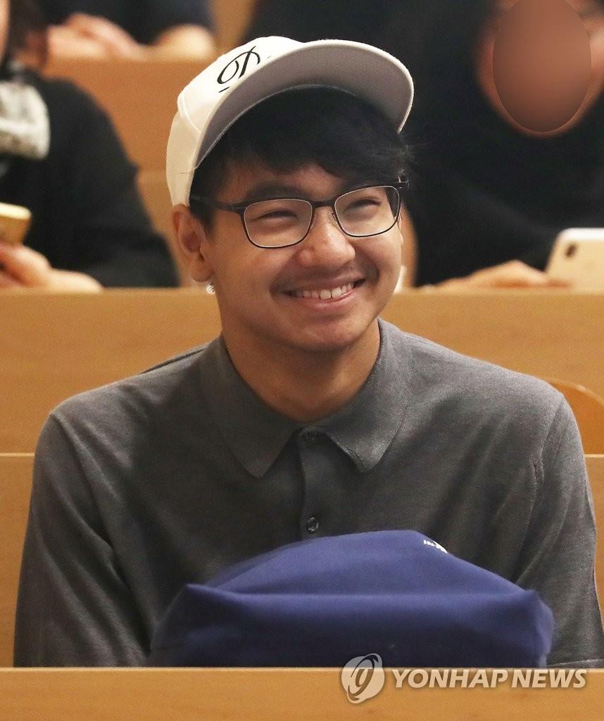 8月26日,马多克斯笑容满面地参加开学典礼。 韩联社