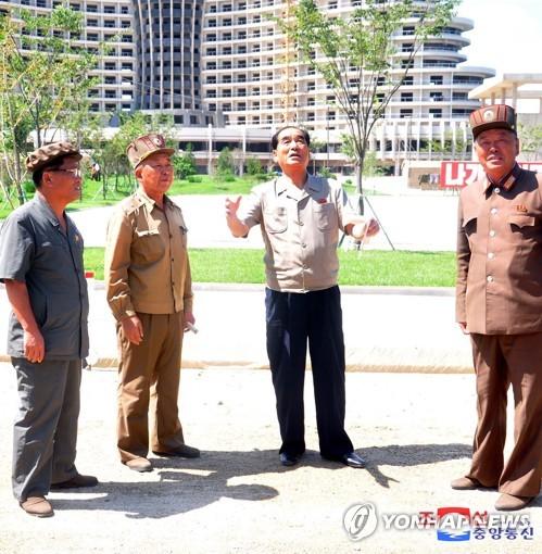 朝鲜高官视察海岸旅游区建设工地