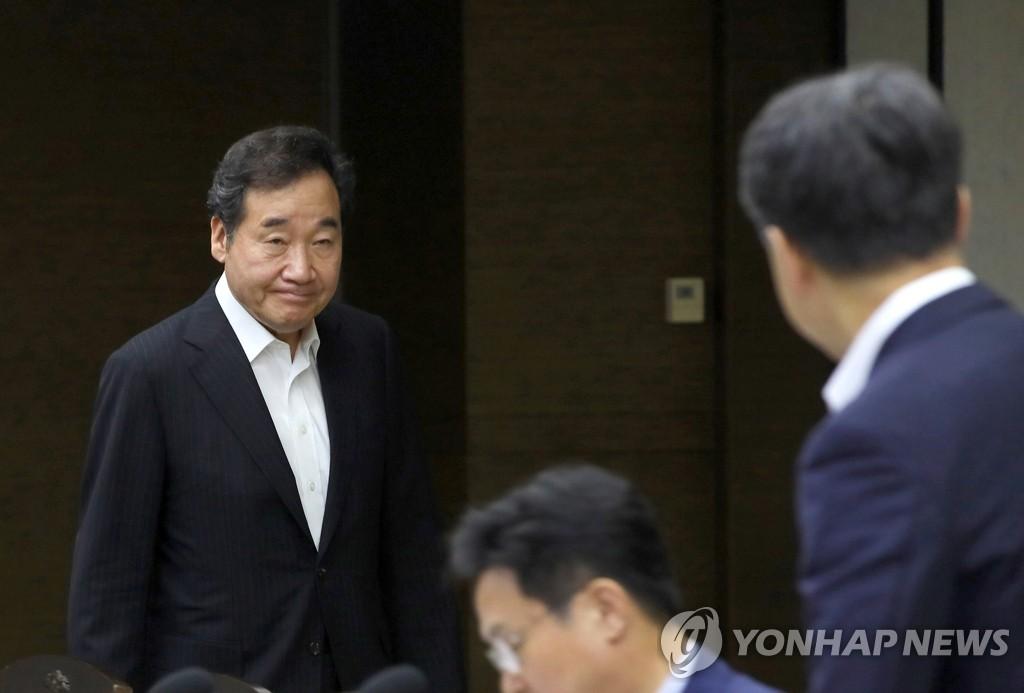 资料图片:国务总理李洛渊(左) 韩联社