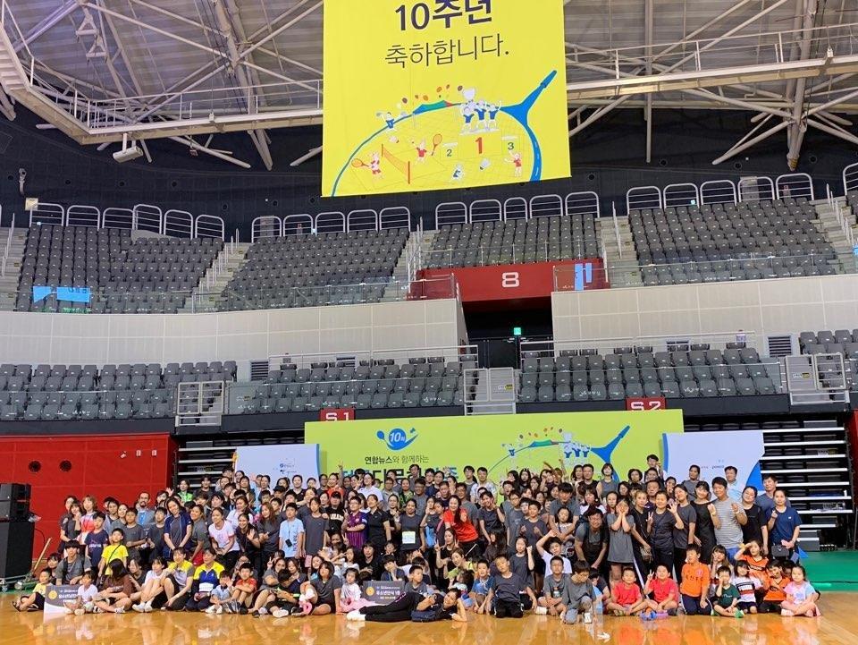 资料图片:庆祝韩联社多元文化家庭羽毛球赛十周年 韩联社