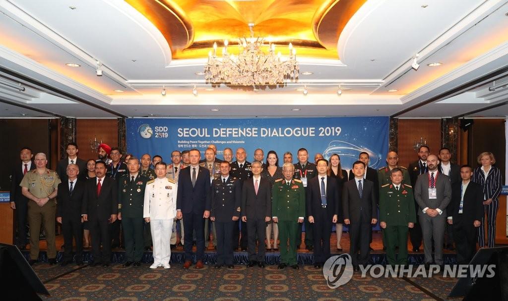 9月4日上午,在首尔市中区乐天酒店,参加2019首尔安全对话会的韩国国防部企划协调室长金廷燮等人合影留念。 韩联社