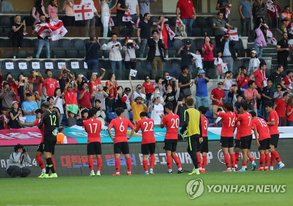 当地时间9月5日下午,在土耳其伊斯坦布尔,韩国队与格鲁吉亚队举行世预赛前的热身赛。图为韩国队选手们在比赛结束后向观众致意。 韩联社