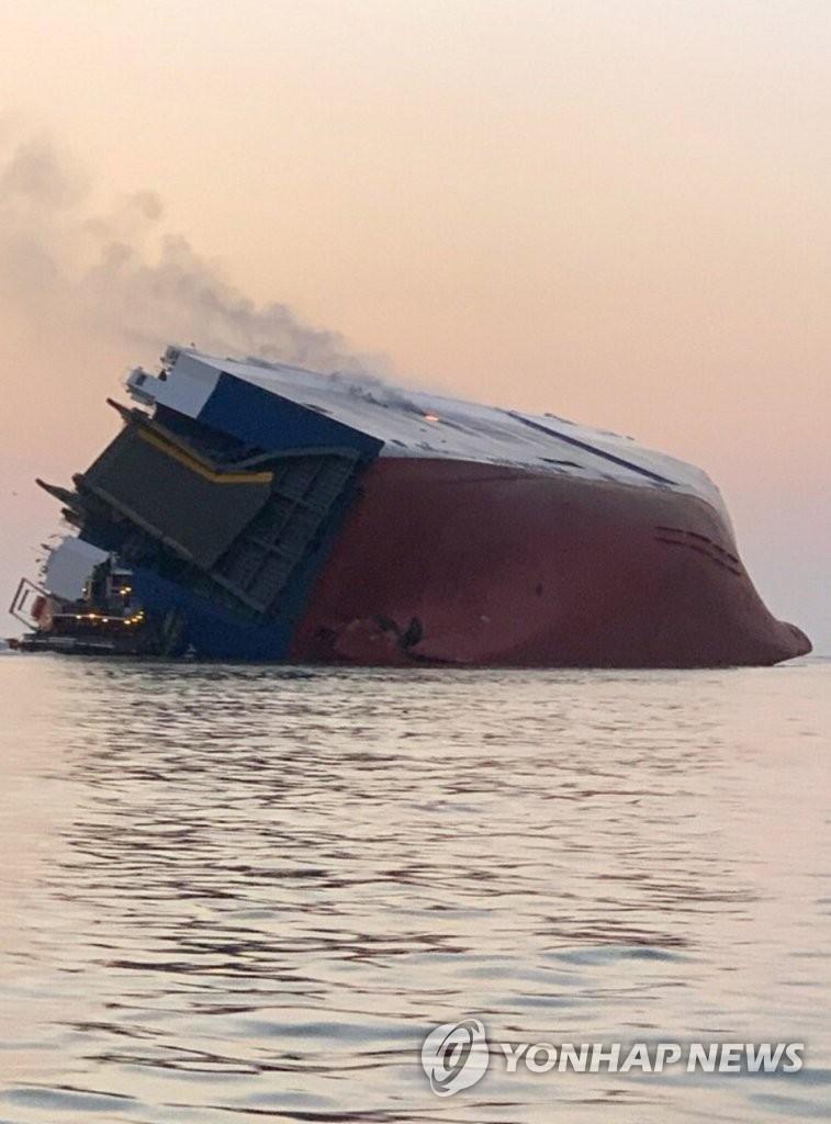 """资料图片:侧翻的""""Golden Ray""""号运输船 美国海岸警卫队官方推特截图(图片严禁转载复制)"""