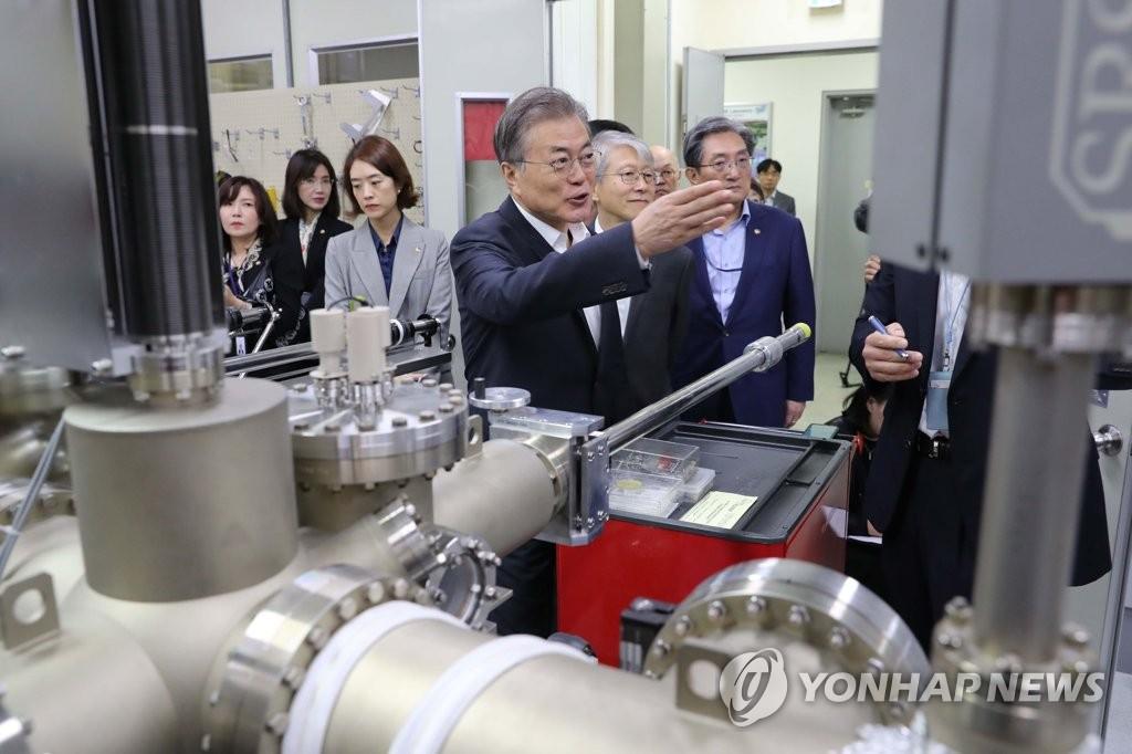 9月10日上午,在韩国科技研究院,文在寅参观MBE(分子束外延)实验室。 韩联社