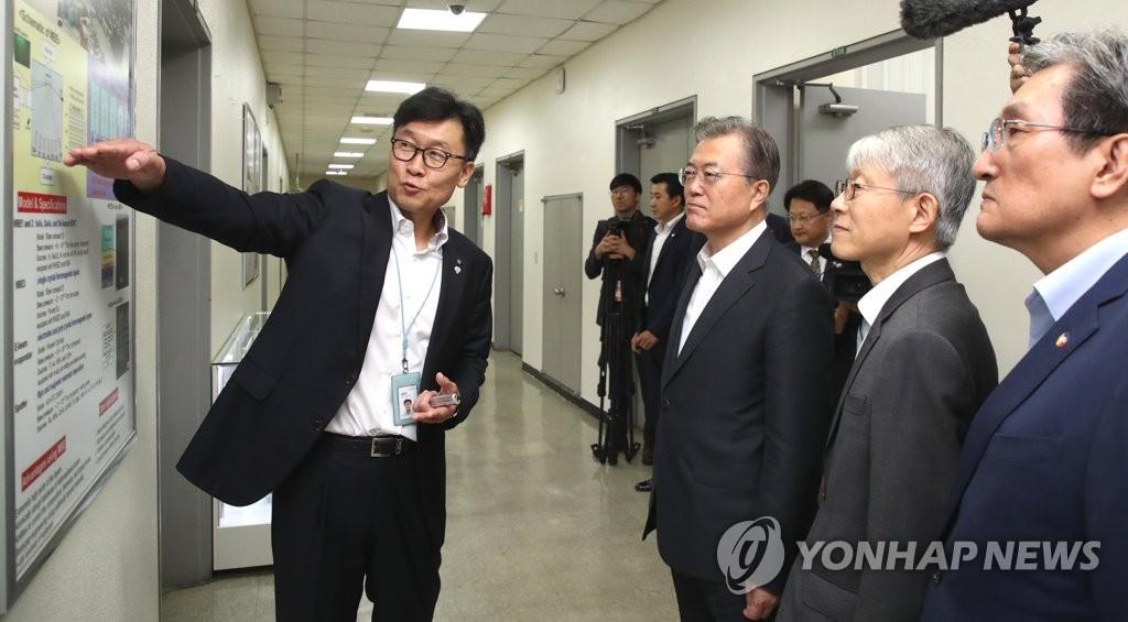 9月10日,在韩国科技研究院,文在寅听取新一代半导体研究所所长张畯然说明研究成果。