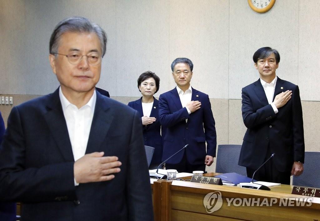 9月10日上午,在首尔市的韩国科技研究院,韩国法务部长官曹国(右)在国务会议召开前向国旗敬礼。左起依次是文在寅、国土交通部长官金贤美、保健福祉部长官朴凌厚。 韩联社