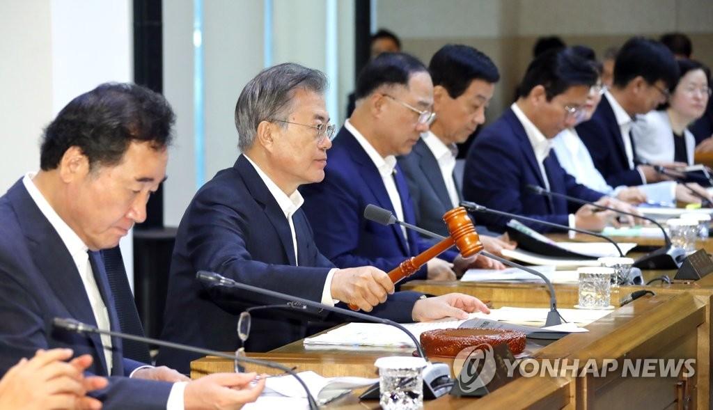 9月10日上午,在首尔市城北区的韩国科学技术研究院,文在寅(左二)敲槌宣布召开国务会议。 韩联社