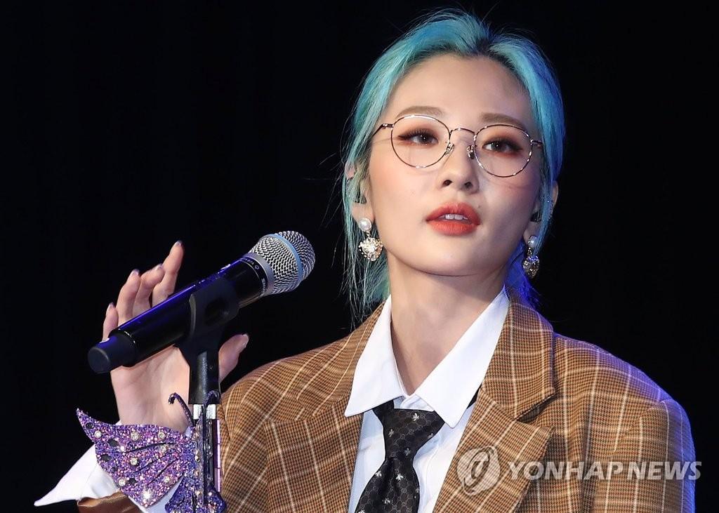 9月10日下午,在首尔市ILCHI艺术中心,安智煐演唱新专辑主打歌《工作狂》。 韩联社