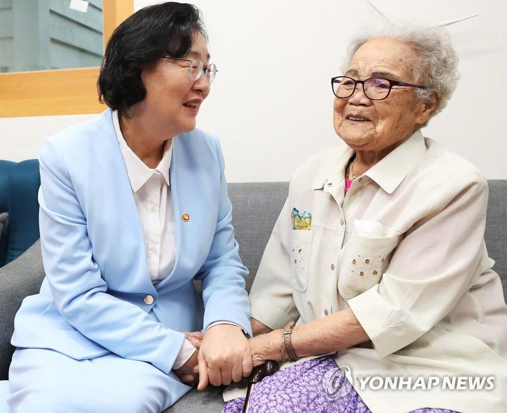 韩新任女性部长走访慰安妇受害者养老院