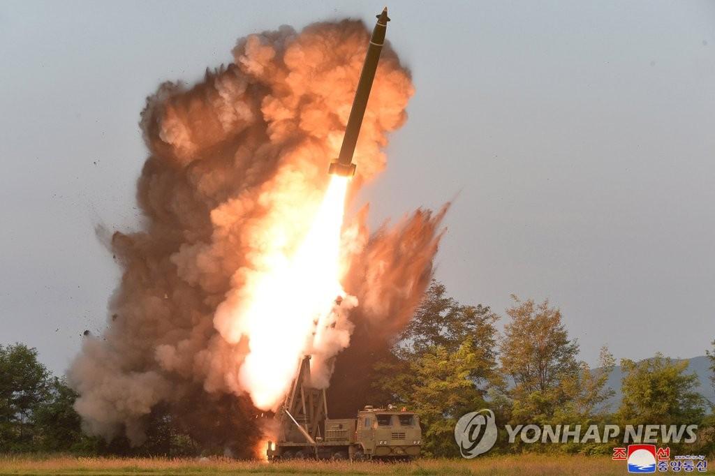 """这是朝中社9月11日公开的""""超大型火箭炮""""试射现场照。 韩联社/朝中社(图片仅限韩国国内使用,严禁转载复制)"""