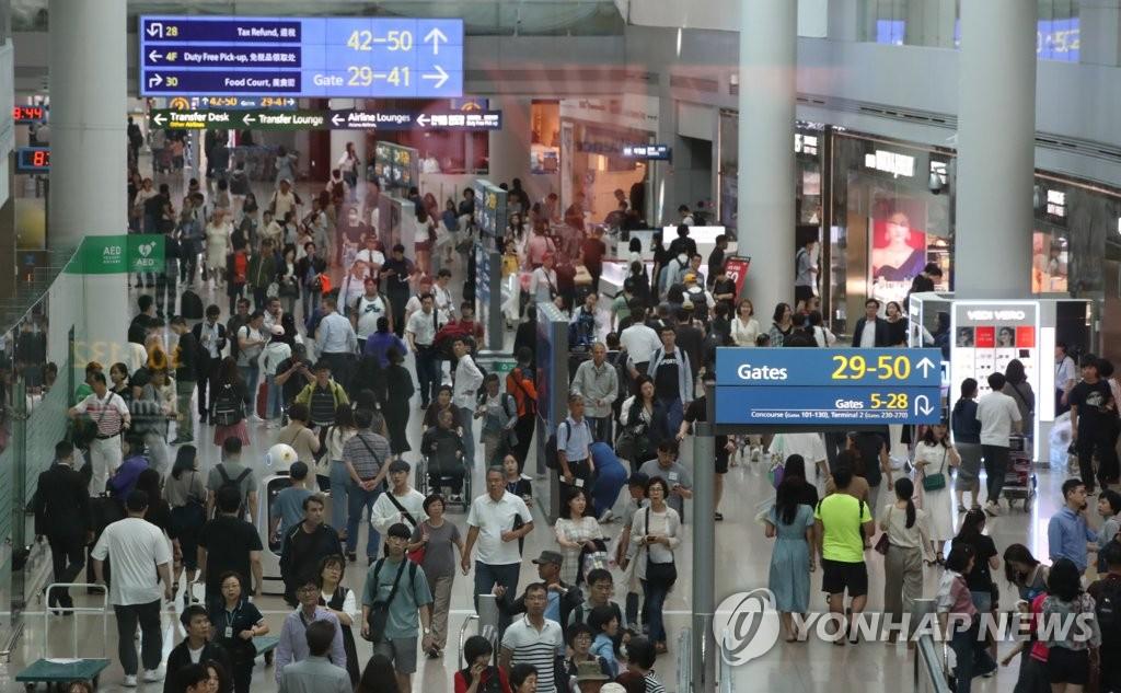 9月11日上午,在仁川机场,出境旅客人头攒动。 韩联社