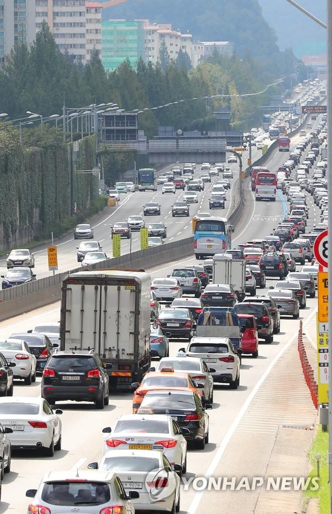 资料图片:这是9月15日在首尔蚕院高速公路出入口拍摄的京釜高速公路路况。 韩联社