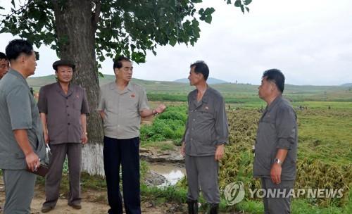 朝鲜高官视察台风受灾情况