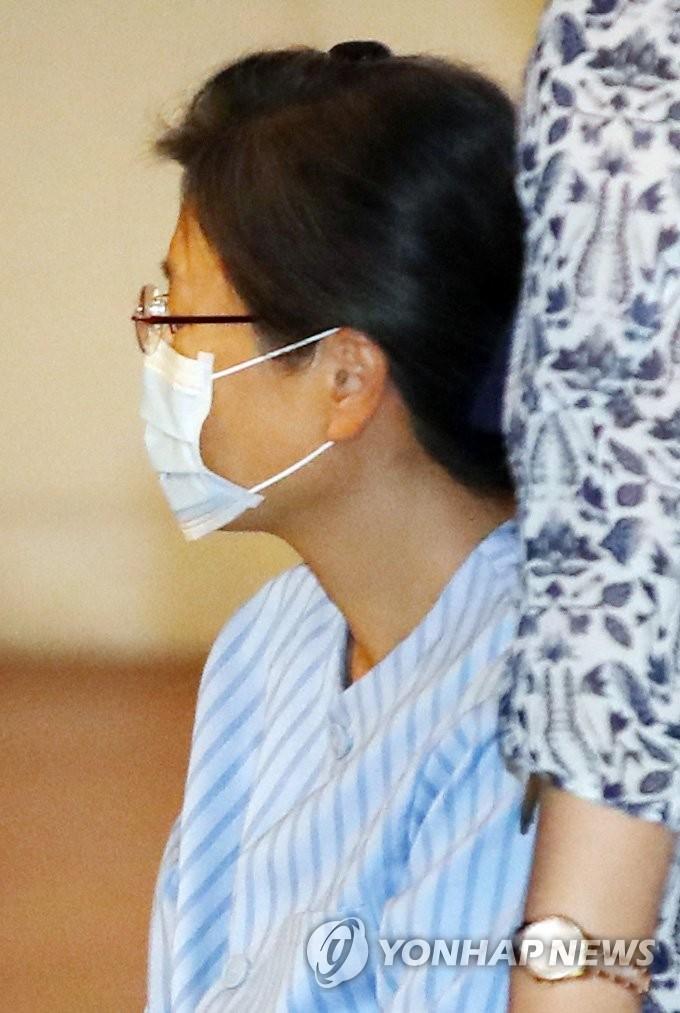 资料图片:9月16日,朴槿惠为接受肩部手术被送往首尔圣母医院。 韩联社