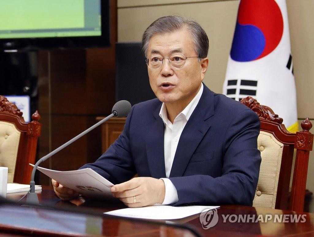 9月16日,在青瓦台,韩国总统文在寅在幕僚会议上发言。 韩联社
