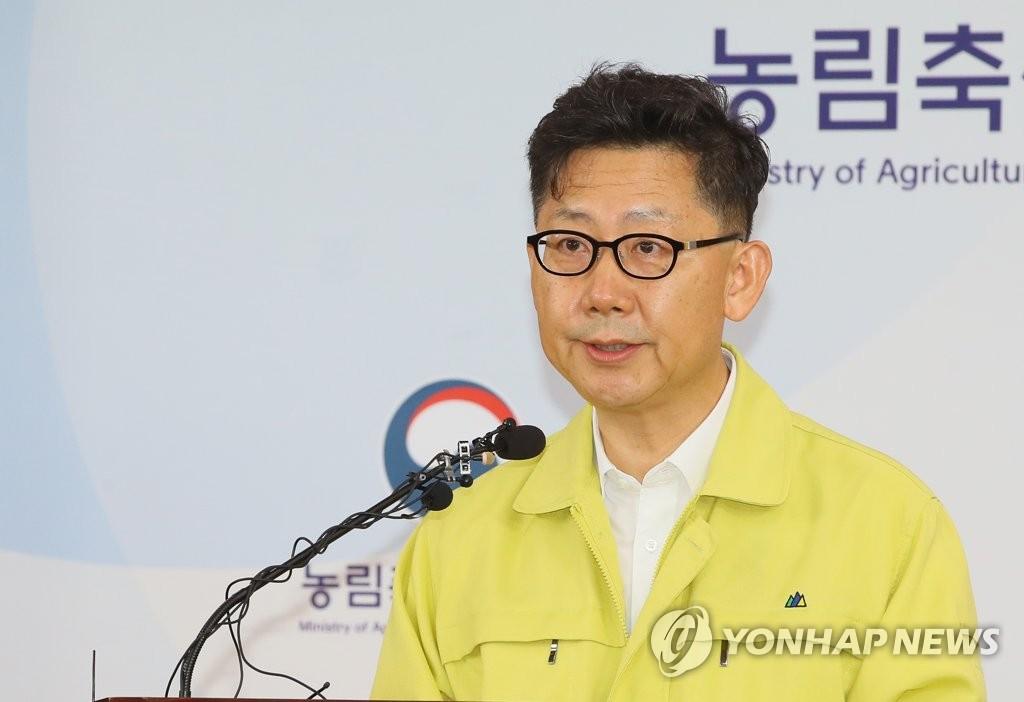 9月17日,在韩国中央政府世宗办公楼农林畜产食品部,金炫秀说明非洲猪瘟确诊结果和防疫对策。 韩联社