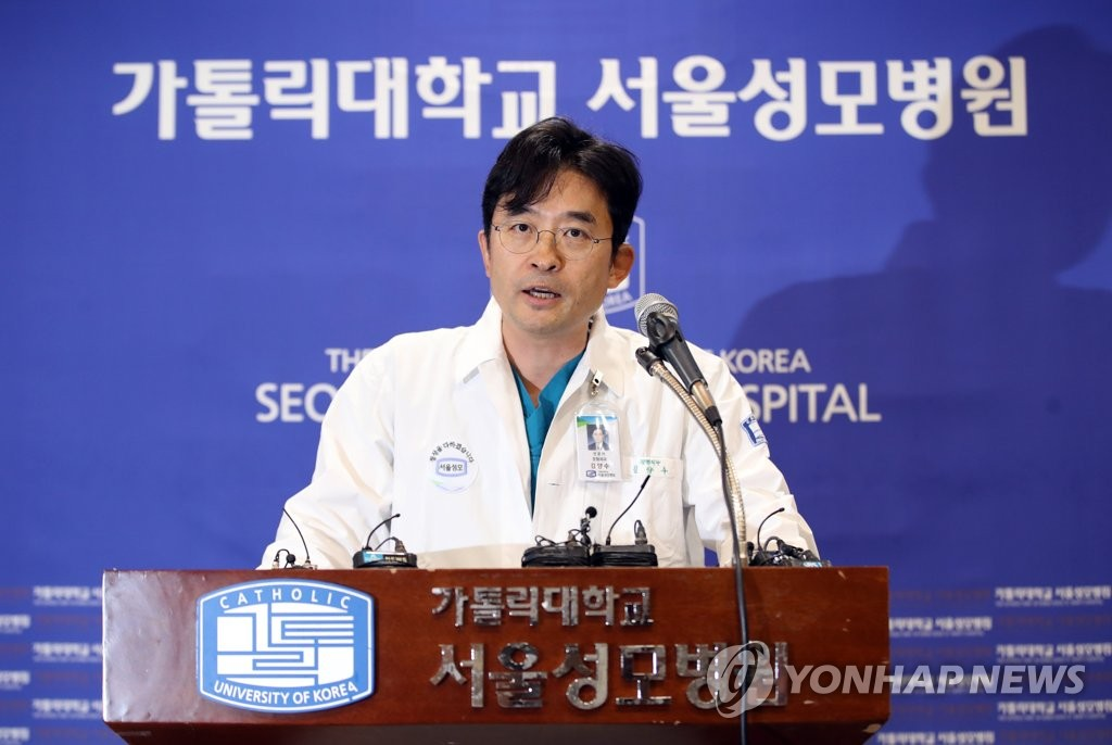 9月17日下午,在首尔圣母医院,负责朴槿惠手术的整形科教授金良修(音)举行记者会介绍相关情况。 韩联社