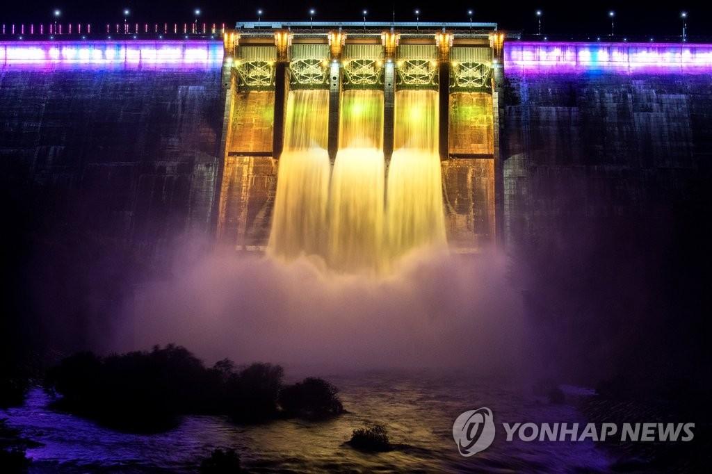 韩国陕川水坝开闸放水