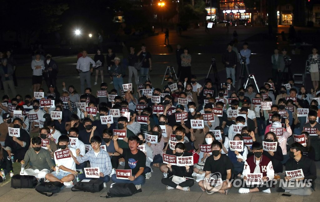 韩多校举行烛光集会敦促法务部长辞职