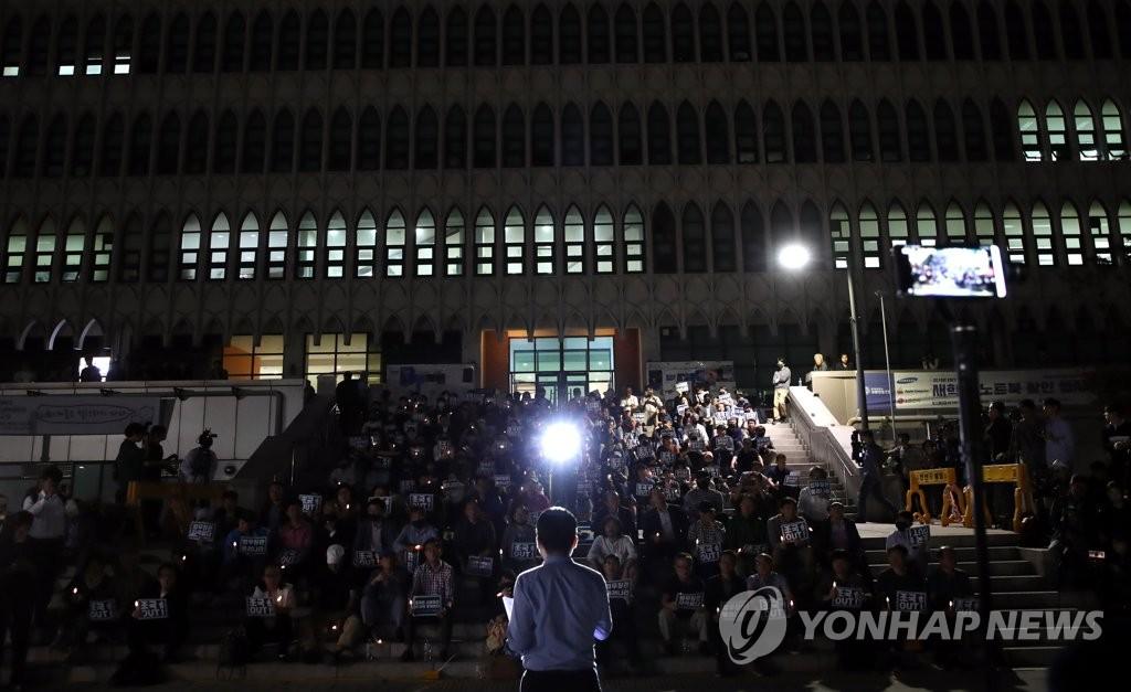 9月19日,在延世大学新村校区学生会馆门前,学生们举行烛光集会,敦促法务部长官曹国辞职。 韩联社