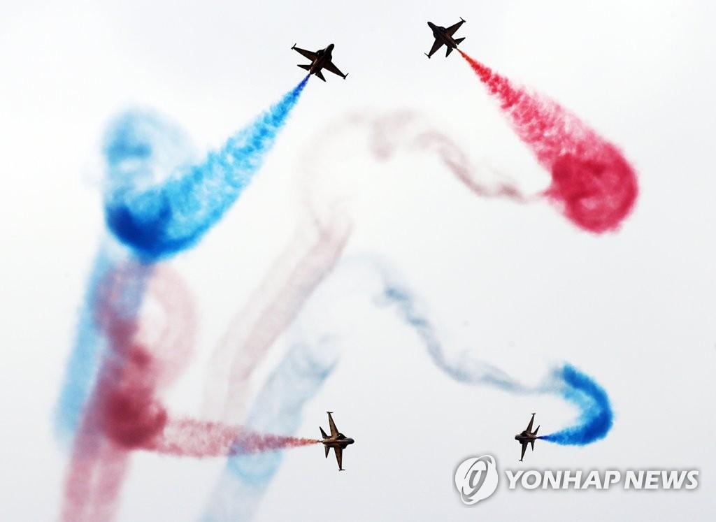 韩空军黑鹰飞行秀