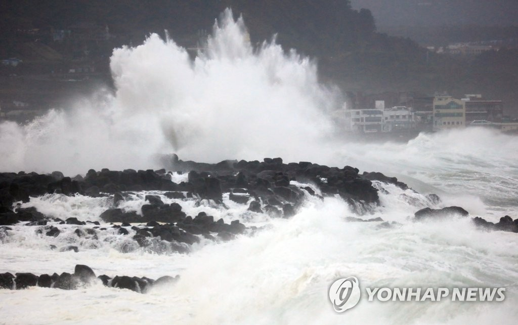 """台风""""塔巴""""北上 济州海空交通停运"""