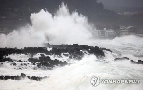 """台风""""塔巴""""掀巨浪"""