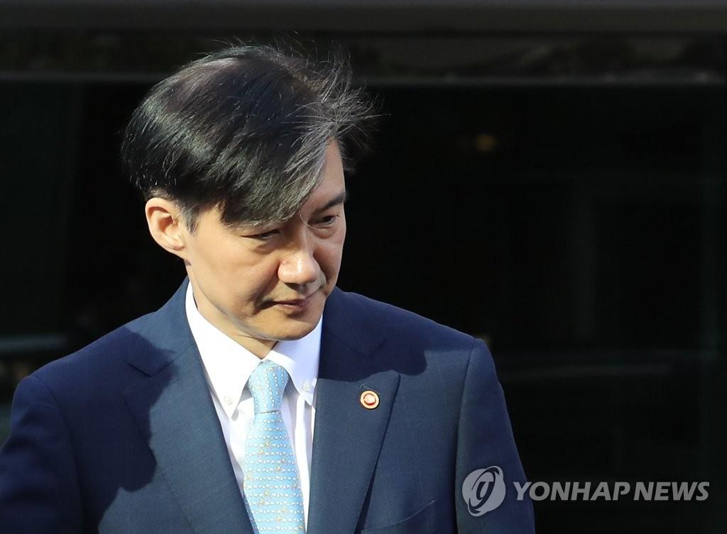 韩检方搜查法务部长官曹国家宅取证