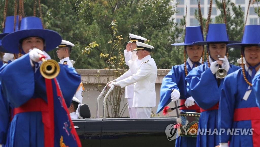 9月25日,在国防部,迈克尔·吉尔迪和沈胜燮检阅仪仗队。 韩联社