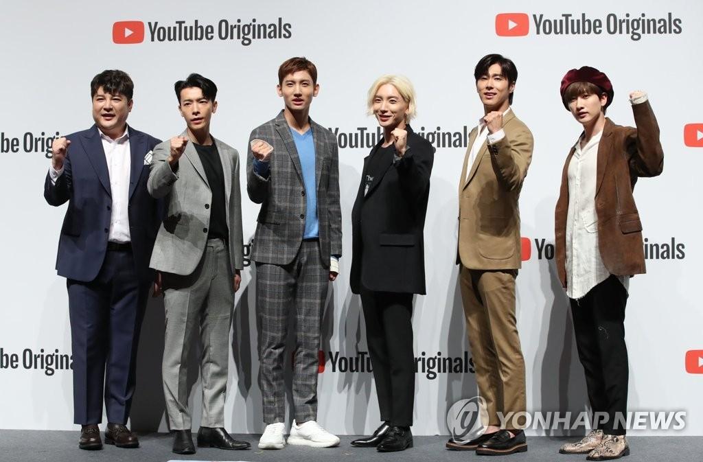 9月27日,在首尔三成洞SM TOMN举行的优兔综艺《Analog Trip》记者会上,东方神起和SJ的出演成员们摆姿势供拍照。左起为神童、东海、昌珉、利特、允浩、银赫。 韩联社