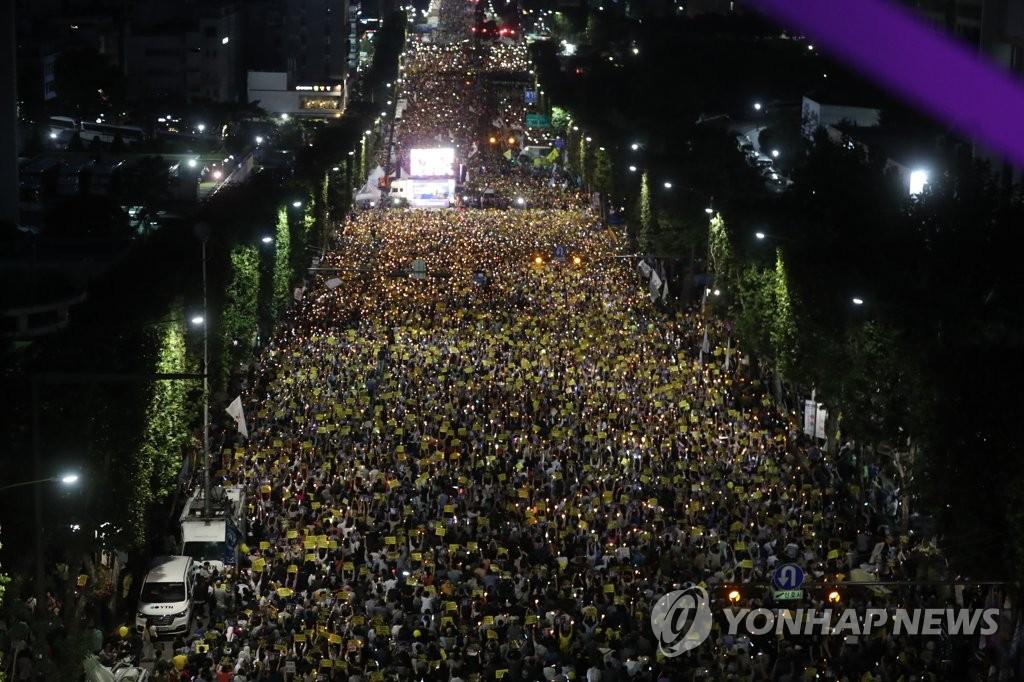 资料图片:9月28日,在位于首尔瑞草区瑞草洞的首尔中央地检大楼前,市民举行烛光集会要求司法改革。 韩联社