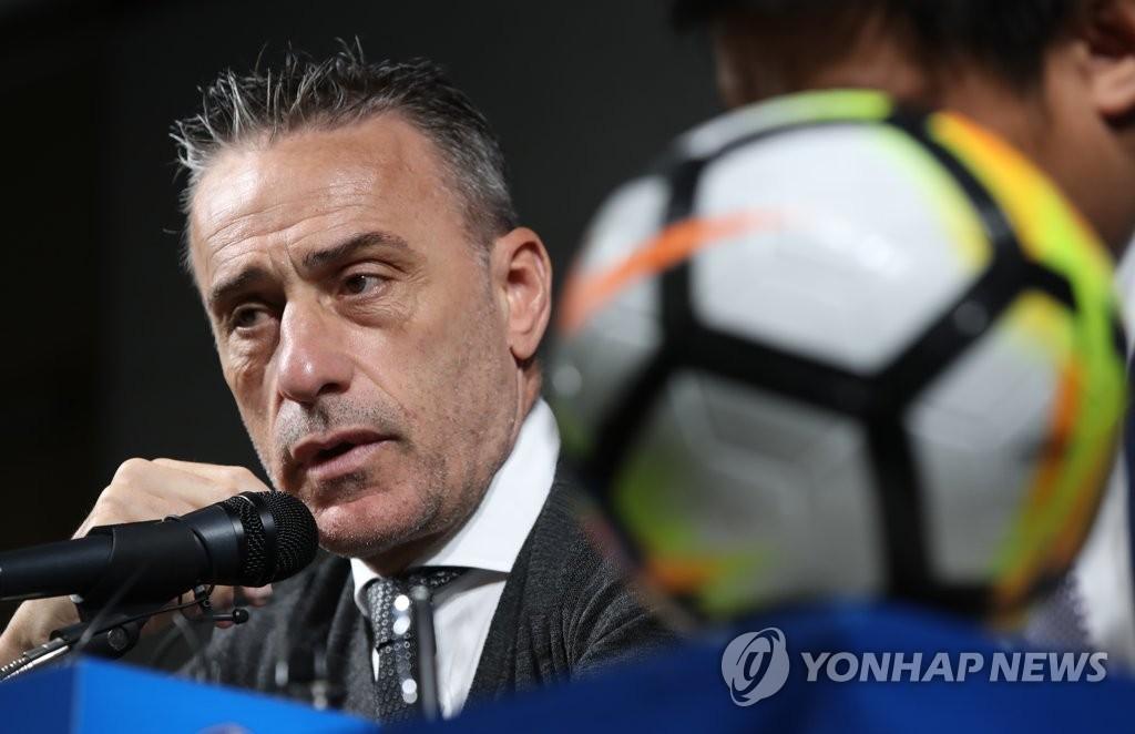 资料图片:9月30日,在首尔市钟路区的足球会馆,韩国男足主帅本托公布对阵斯里兰卡和朝鲜队的集训名单。 韩联社