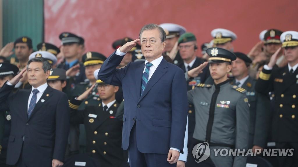10月1日,在大邱空军基地举行的国军日纪念仪式上,文在寅率众致军礼。 韩联社